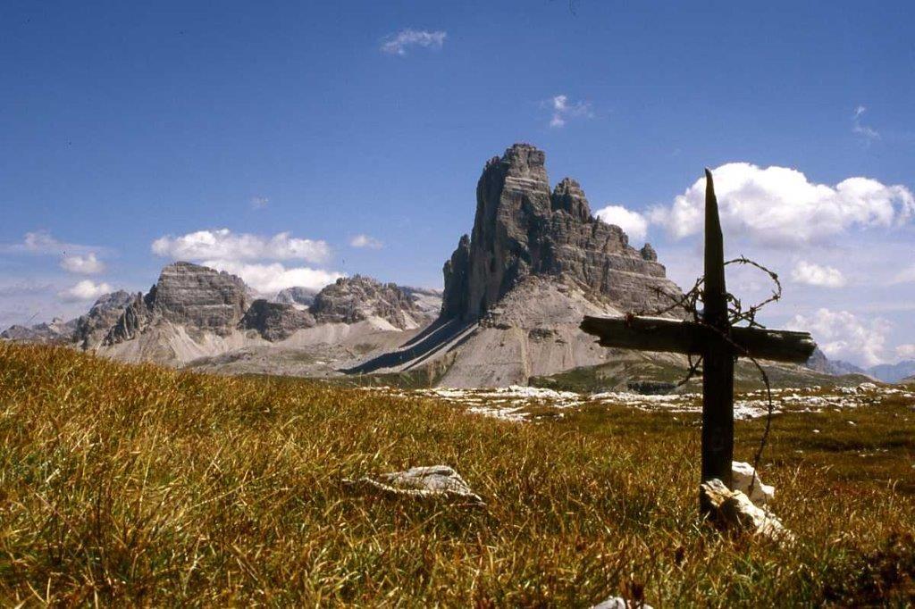 24 maggio 1915- Le tre cime di Lavaredo dal Monte Piana, teatro di guerra fin dal primo giorno (foto Tarassi, agosto 2003)